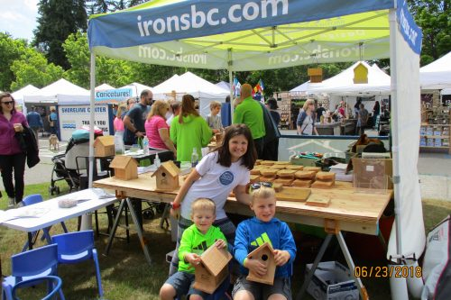 Venetia Irons Pictured With 2 Boys Who Completed Their Bird Houses